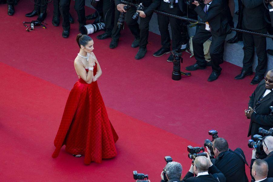 Bella Hadid de retour à Cannes en 2017, elle refait le buzz avec une robe rouge !
