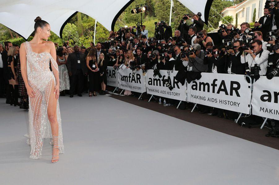 Bella Hadid au gala de l'amfAR 2017 dans une robe tout en diamants.
