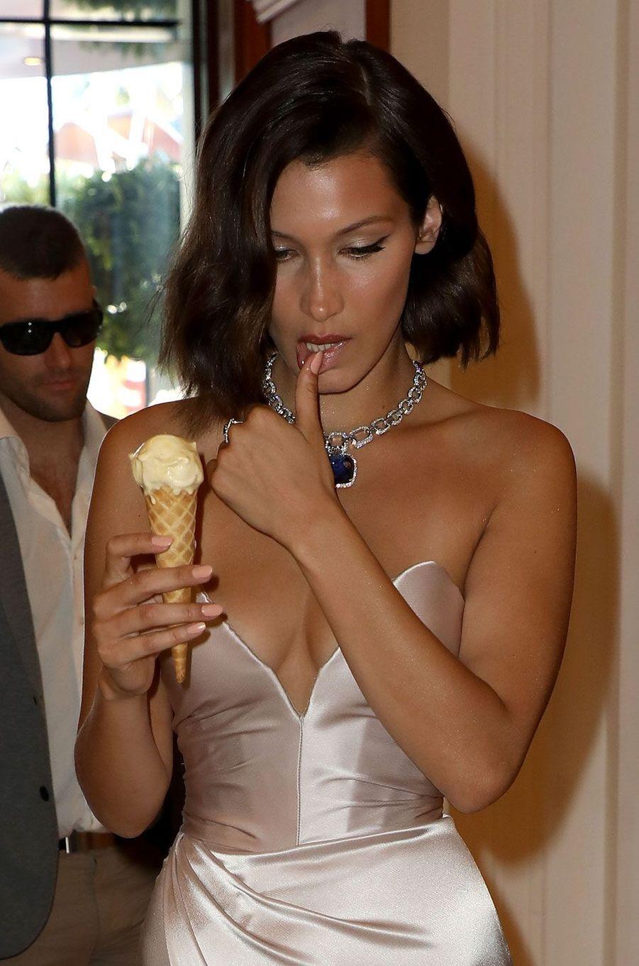 Bella Hadid savourant une glace