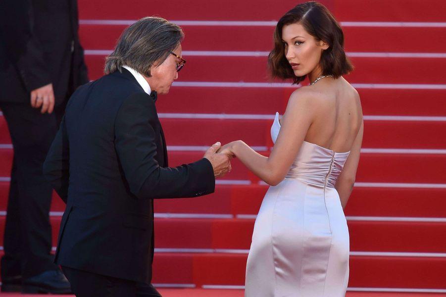 Bella Hadid et Mohamed Hadid montent les marches à Cannes