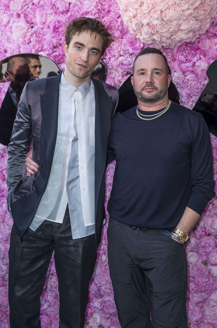 Robert Pattinson et Kim Jones au défilé Dior Homme, à Paris le 23 juin 2018