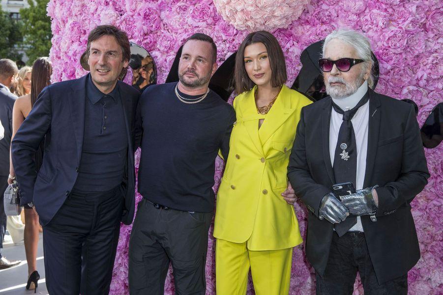 Pietro Beccari, Kim Jones, Bella Hadid et Karl Lagerfeld au défilé Dior Homme, à Paris le 23 juin 2018