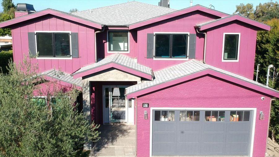 L'actrice américaine Bella Thorne vend sa maison rose pour 2,55 millions de dollars àSherman Oaks en Californie.