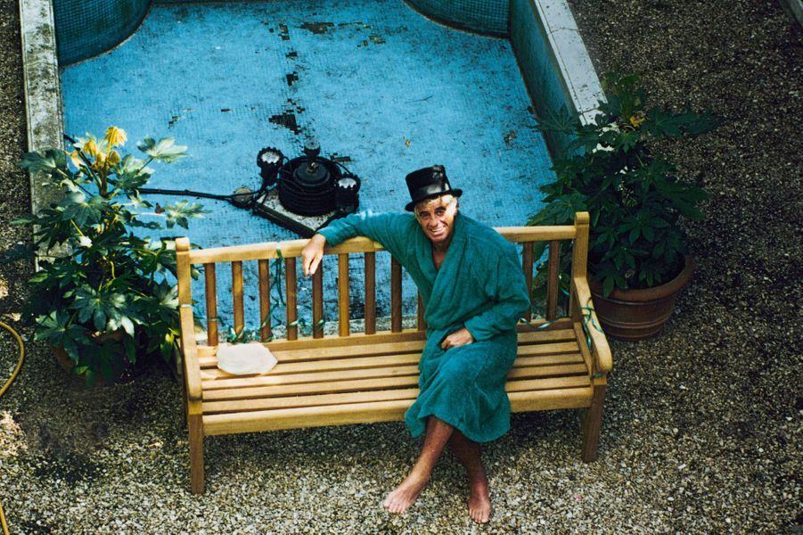 Il a l'élégance désinvolte de ceux qui ne prennent jamais rien au sérieux. Chez lui, à Paris, en 1996.