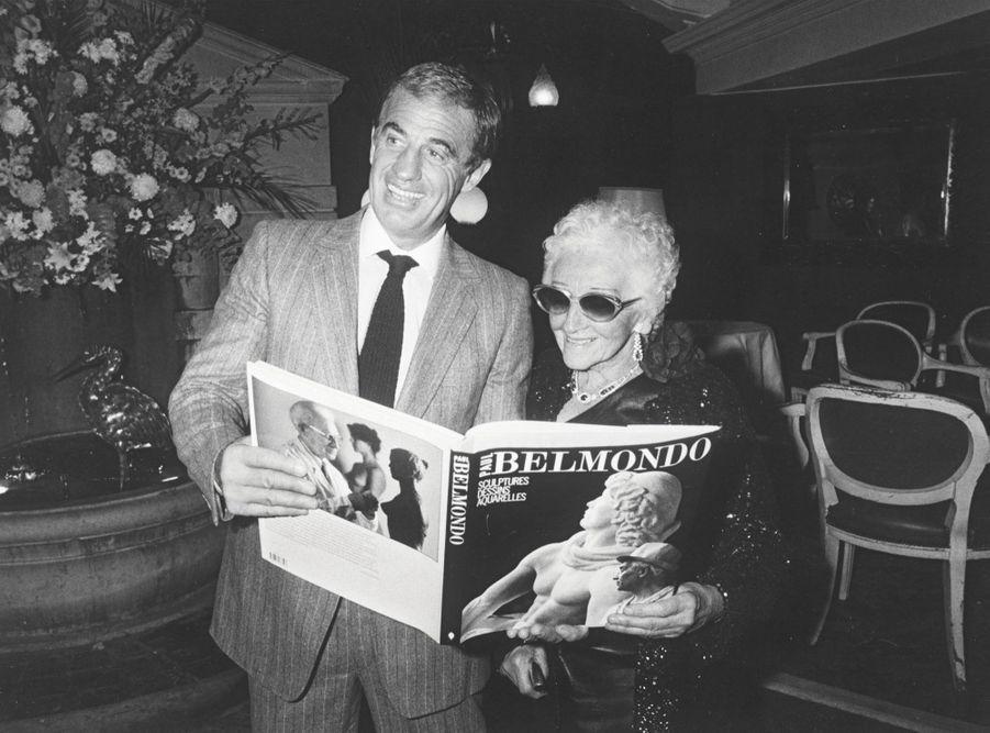 Une même passion pour l'œuvre de Paul Belmondo: en 1984, Jean-Paul et sa mère, Madeleine, lors de la présentation d'un album consacré au sculpteur.