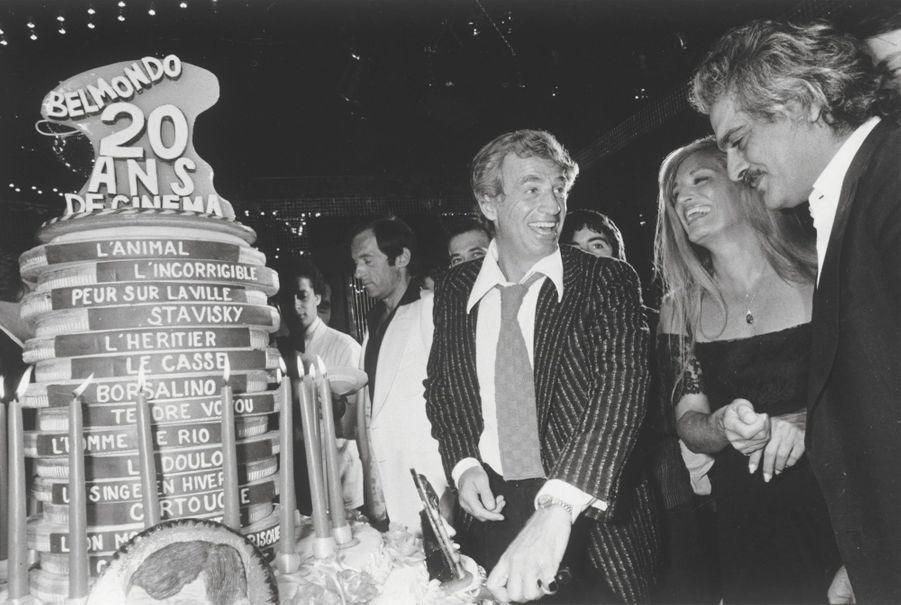 Première rétro, en 1977: il fête ses 20 ans de carrière, près de Dalida et Omar Sharif, à l'Elysée-Matignon.