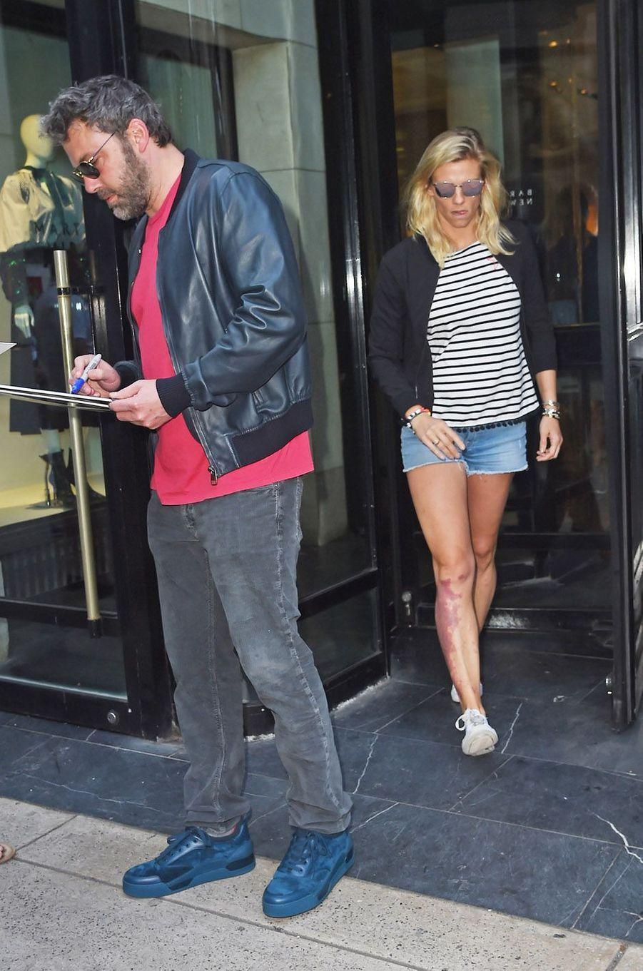 Ben Affleck et Lindsay Shookus à la sortie du magasin Barneys à New York, le 20 août 2017.