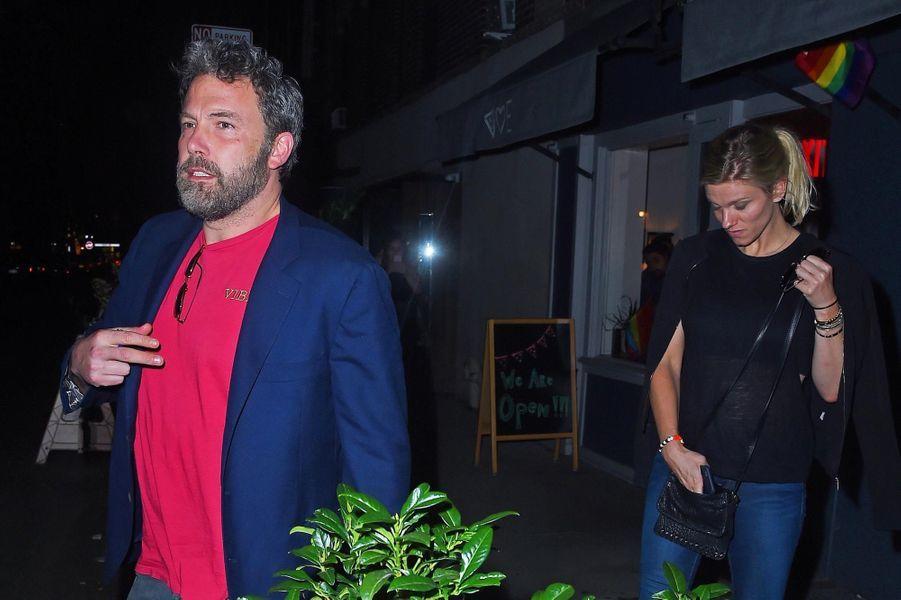 """Ben Affleck et Lindsay Shookus à la sortie de """"Mas Farmhouse"""", à New York le 20 août 2017."""