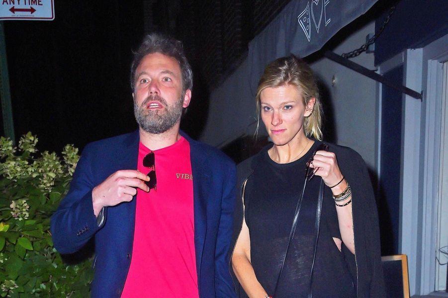 """Ben Affleck et Lindsay Shookus à la sortie du restaurant """"Mas Farmhouse"""" à New York, le 20 août 2017."""