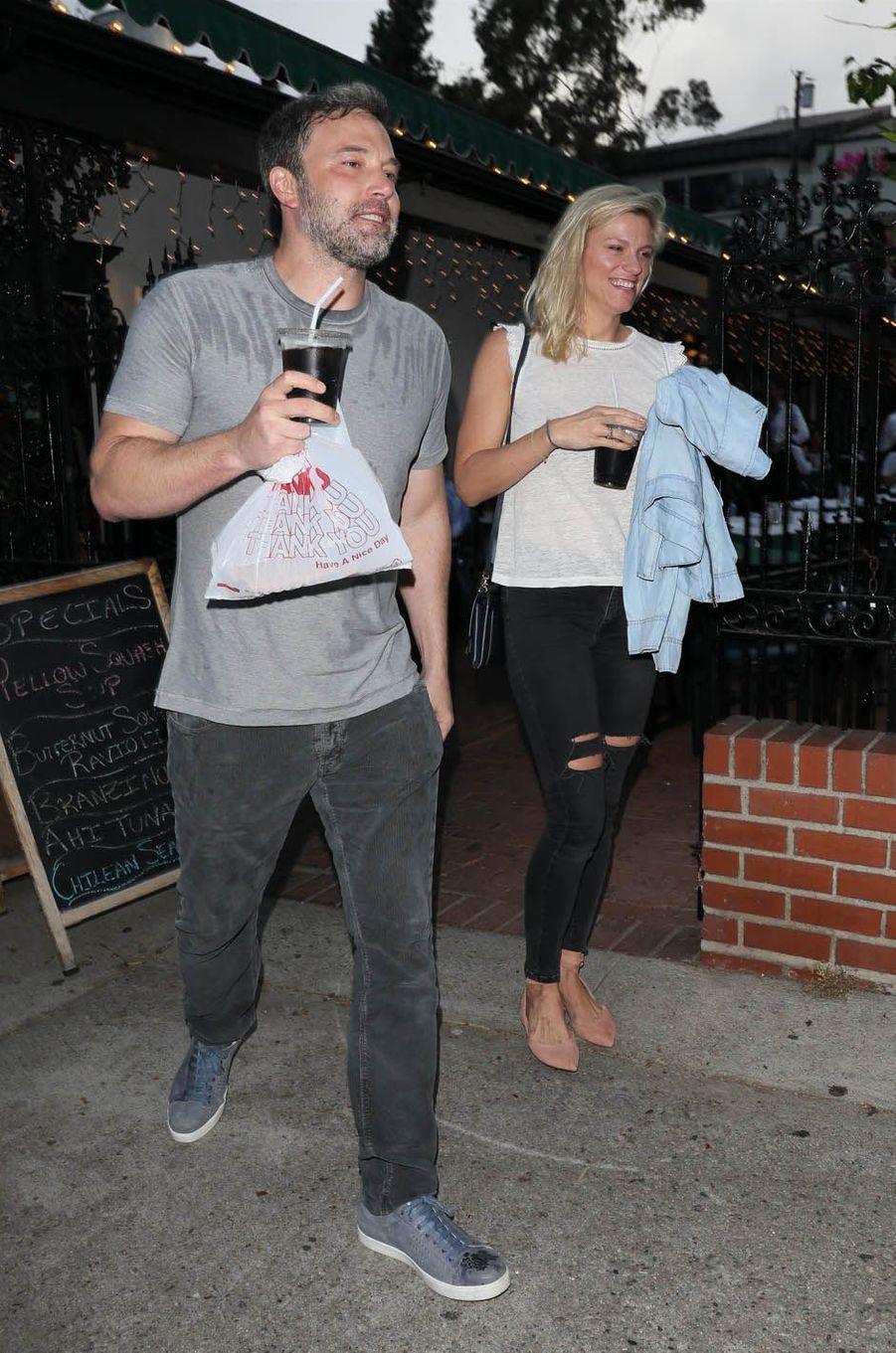 Ben Affleck et sa compagne Lindsay Shookus à Pacific Palissades, le 10 juillet 2017.