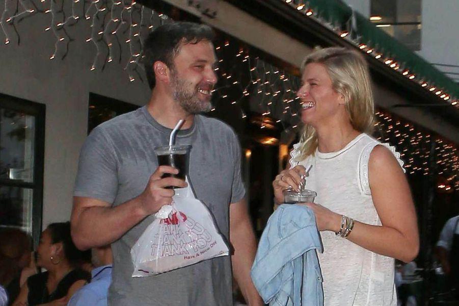 Ben Affleck et Lindsay Shookus à la sortie d'un restaurant à Los Angeles, le 10 juillet 2017.