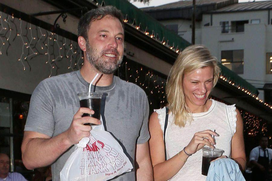 Ben Affleck et Lindsay Shookus à Pacific Palissades, à Los Angeles le 10 juillet 2017.
