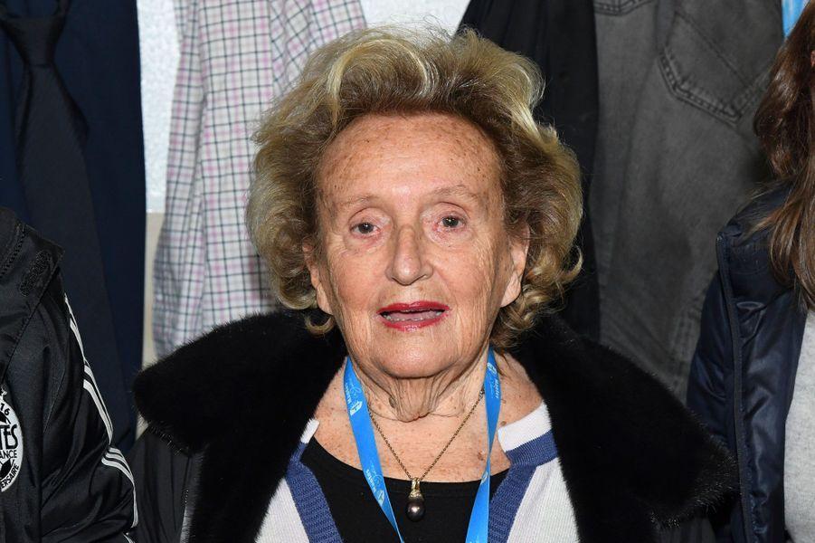 Bernadette Chirac sur le banc de touche du stade de Mantes-la-Jolie