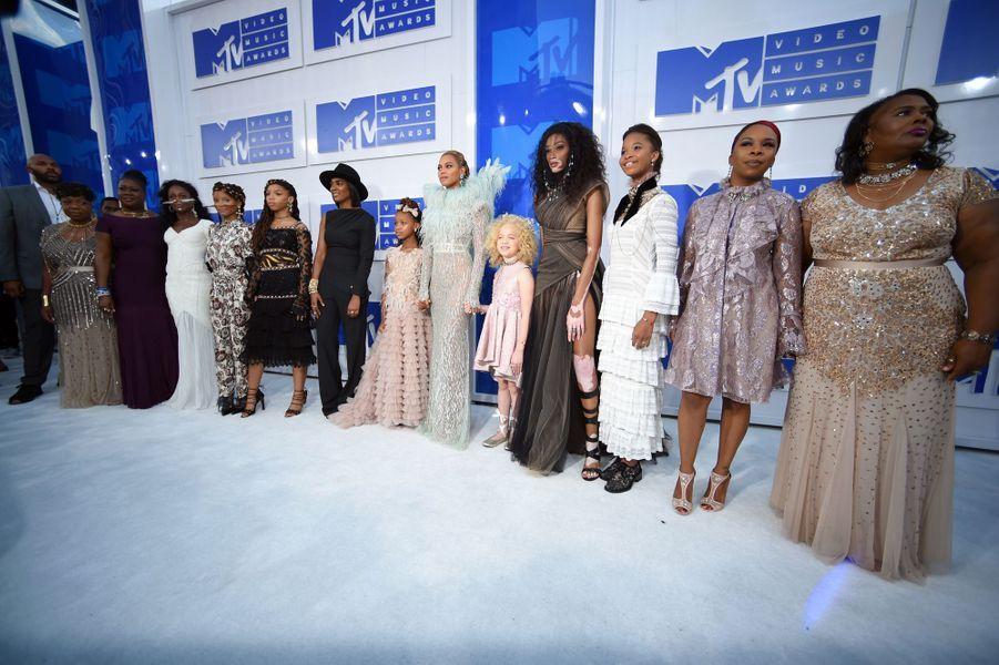 Beyoncé aux MTV VMAs avec les mères de jeunes Noirs tués par la police, dont celle de Michael Brown.