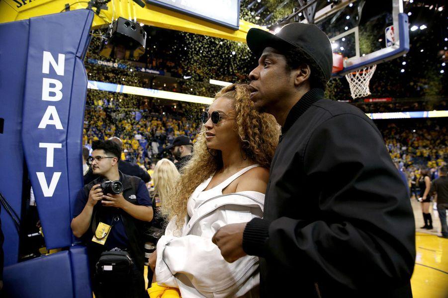 Beyoncé et Jay-Z en amoureux à Oakland pour supporter les Warriors.