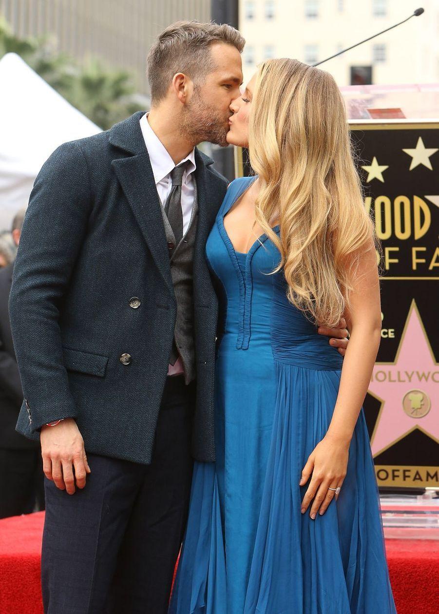 Ryan Reynolds reçoit son étoile à Hollywood en 2016, entouré de sa femme et de ses deux enfants