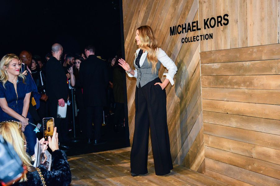 Blake Lively arrive au défilé Michael Kors pendant la Fashion Week de New York, le 12 février 2020.