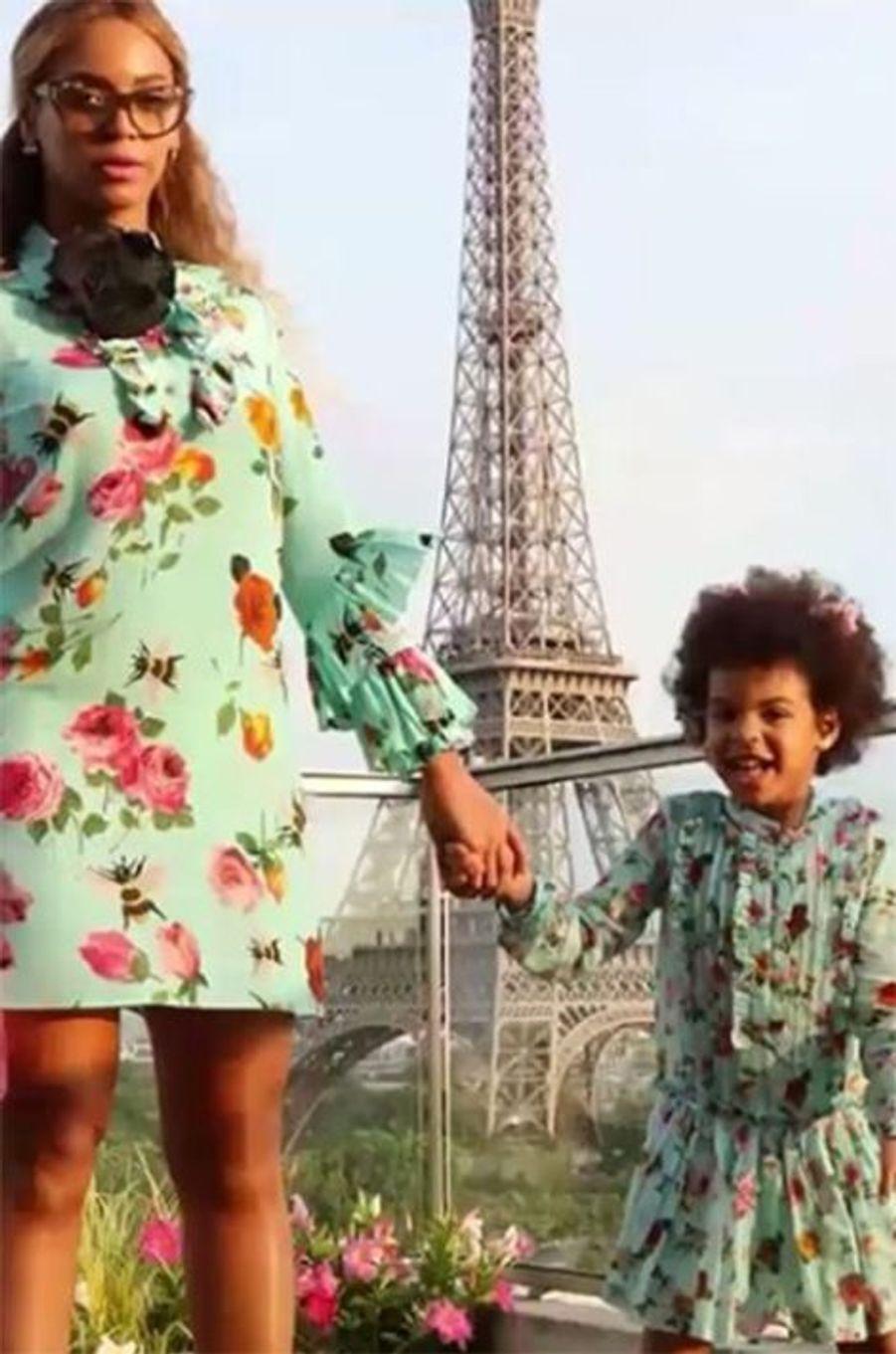 Blue Ivy prend la pose devant la Tour Eiffel avec sa mère lors de son dernier passage à Paris.