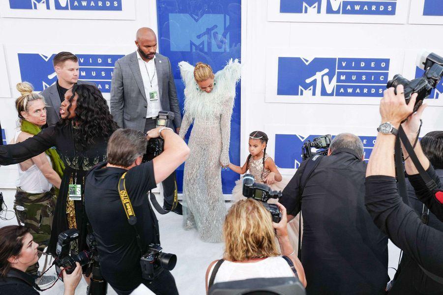 Beyoncé et sa fille Blue Ivy sur le tapis rouge des VMA's en août 2016.