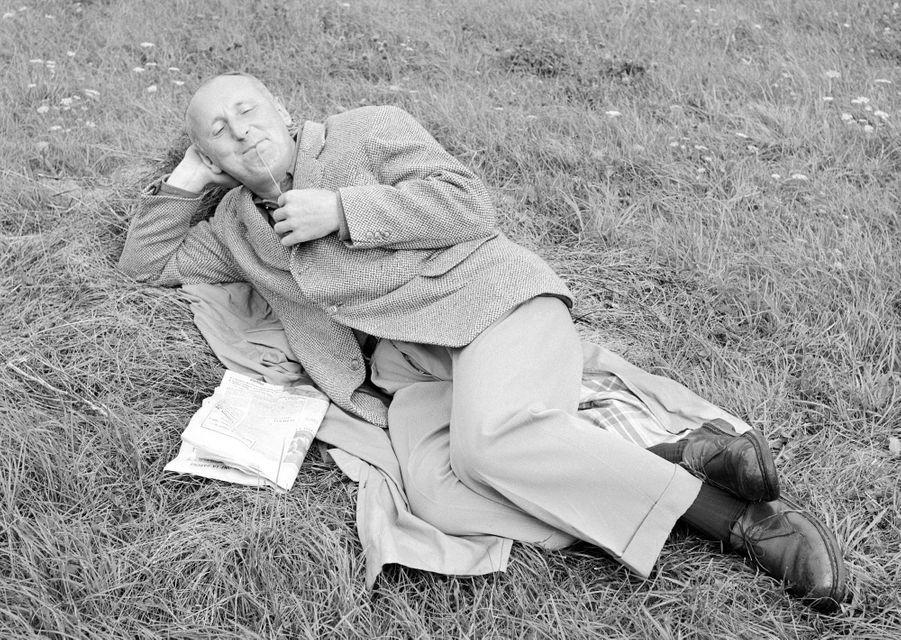Contrexéville, 1956 : Bourvil fait une cure préventive contre les maux de reins.