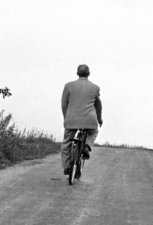 Contrexéville, 1956 : Bourvil à bord d'un Solex.