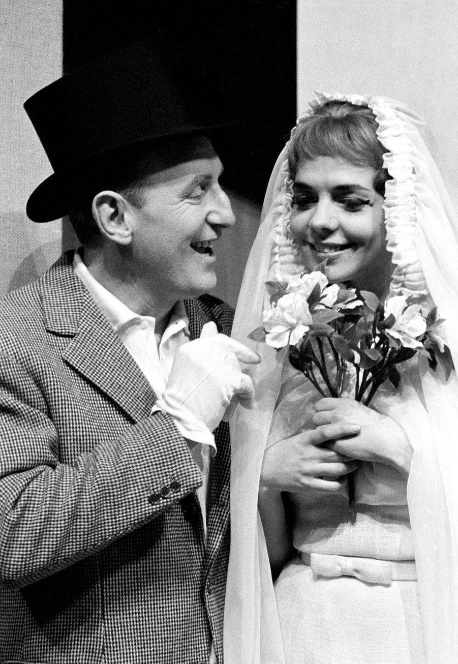 """1962 : Bourvil avec sa partenaire Pierrette Bruno (dont on dit qu'elle fut sa maîtresse), lors de sa tournée pour la pièce """"La bonne planque""""."""