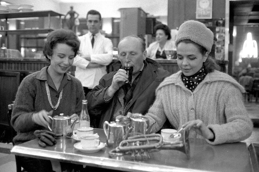 """1962 : Bourvil en tournée en province avec la pièce de boulevard """"La bonne planque""""."""