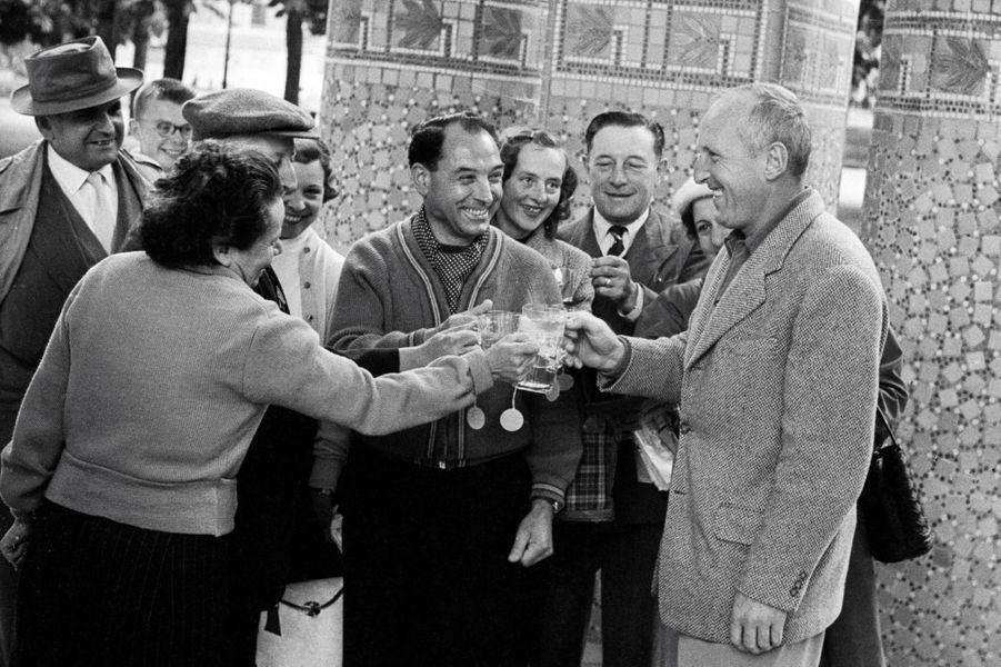 Bourvil en compagnie d'autres curistes à Contrexéville.