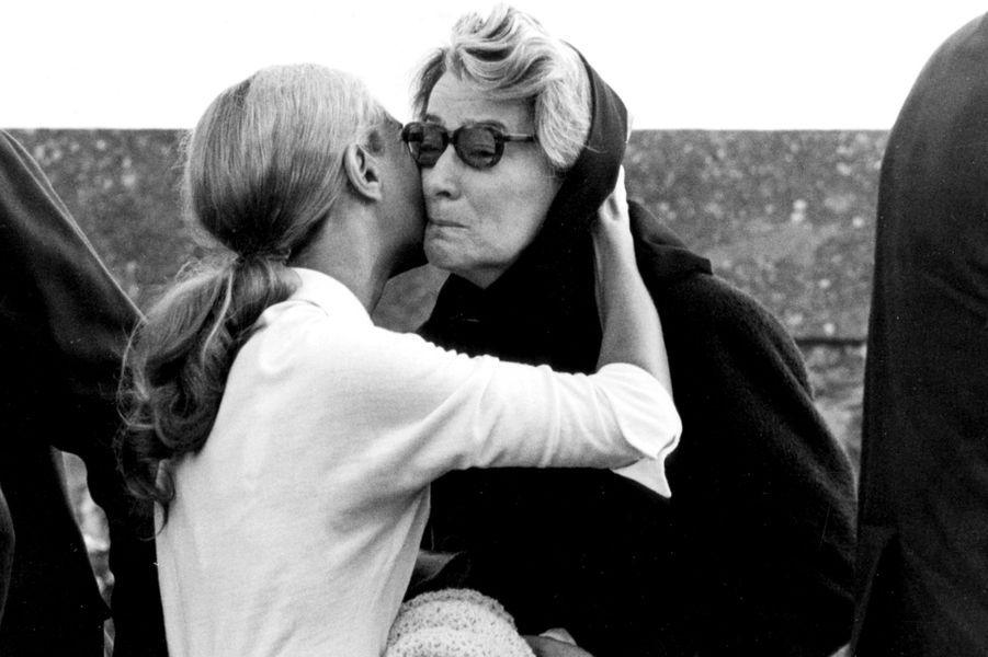 Montainville, 25 septembre 1970 : l'épouse de Bourvil recevant des condoléances à ses obsèques.