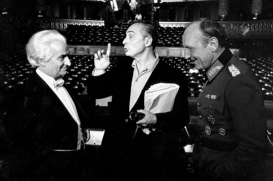"""Paris, 1966 : Louis de Funès, Gérard Oury et Bourvil lors du tournage de """"La Grande Vadrouille""""."""