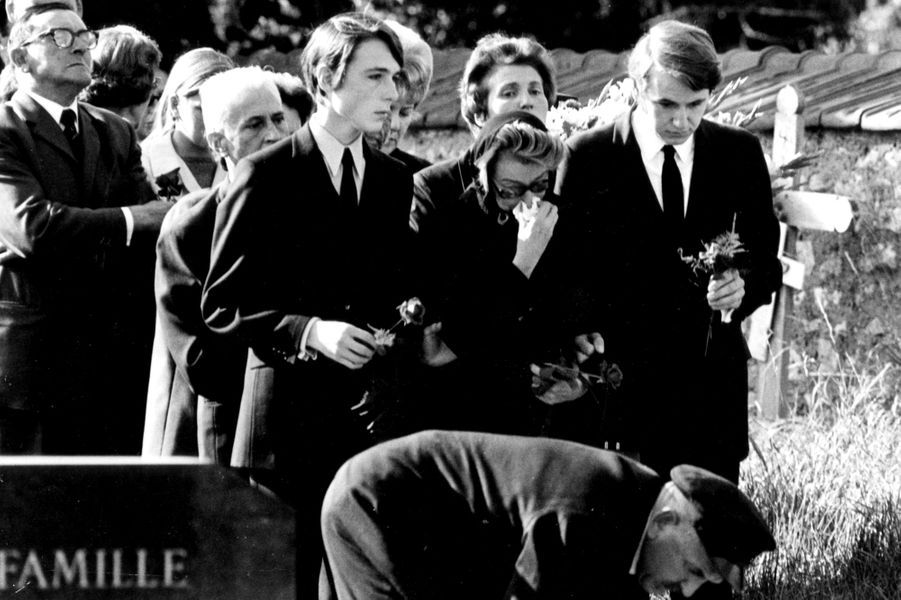 Normandie, Montainville, 25 septembre 1970 : l'épouse et les deux fils de Bourvil, lors de ses obsèques dans le cimetière communal.