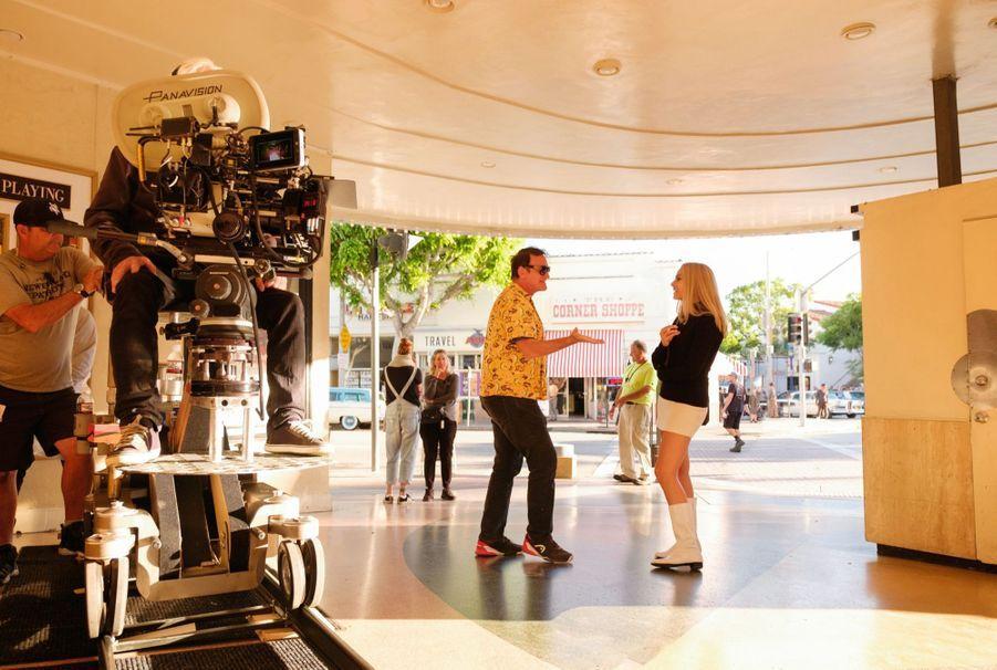 Pause sur le tournage, le 15 octobre 2018, Tarantino dirige Margot Robbie.