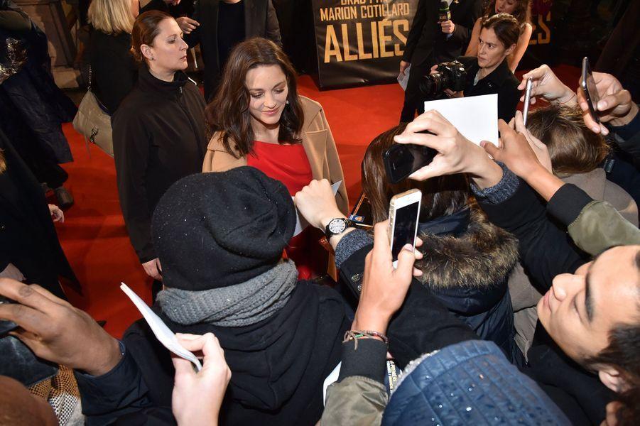 Marion Cotillard signe des autographes sur les Champs-Elysées, le 20 novembre 2016.