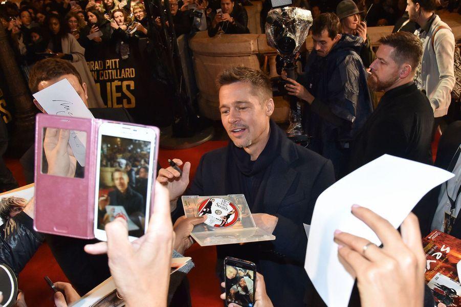 Brad Pitt signe des autographes sur les Champs-Elysées, le 20 novembre 2016.