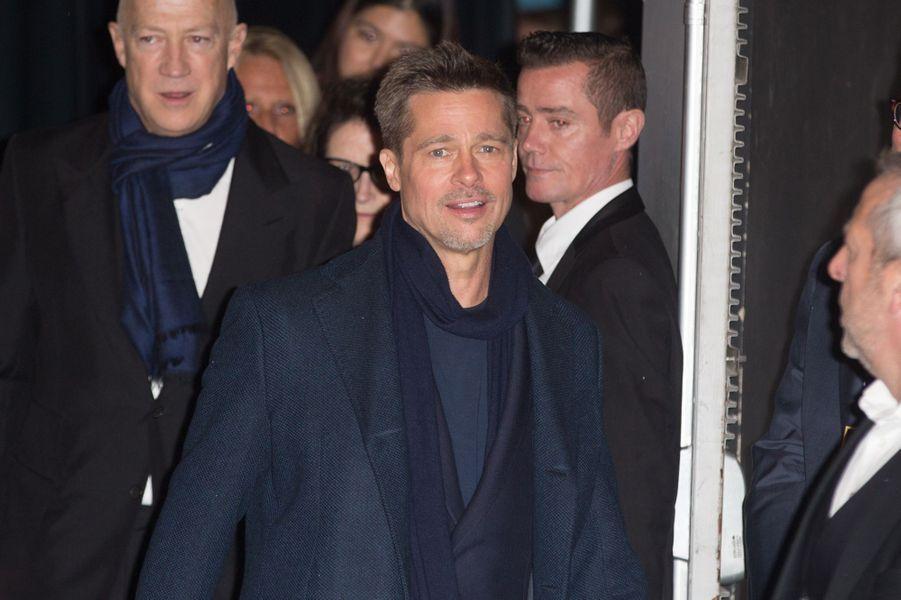 """Brad Pitt s'en va de l'UGC Normandie après la présentation du film """"Alliés"""", le 20 novembre 2016."""