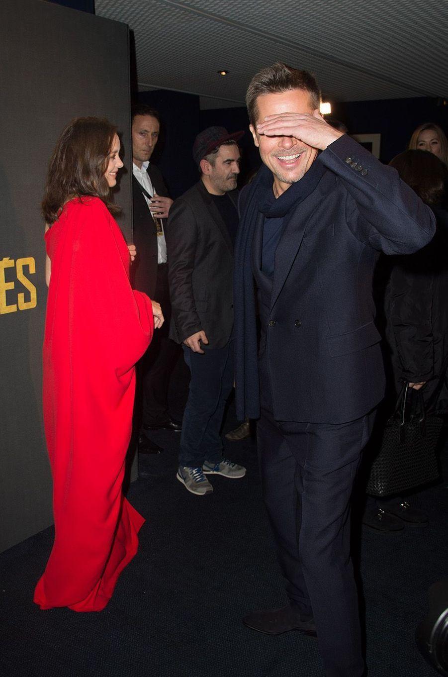 Brad Pitt aveuglé par les flashs.