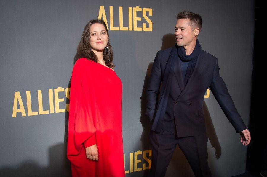Brad Pitt et Marion Cotillard complices sur le tapis rouge de l'UGC Normandie, le 20 novembre 2016.