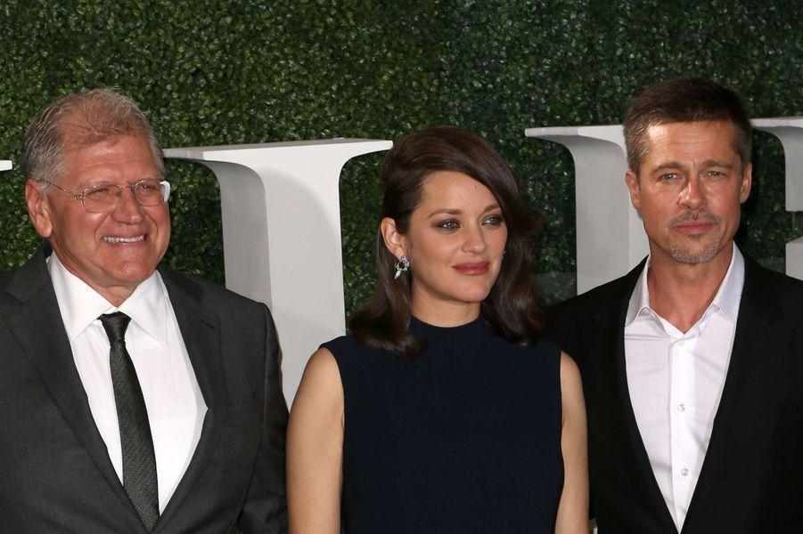 """Robert Zemeckis, Marion Cotillard et Brad Pitt à l'avant-première d'""""Alliés"""" à Los Angeles, le 9 novembre 2016."""