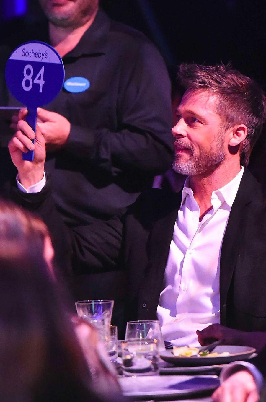 Brad Pitt enchérit pour une soirée avec Emilia Clarke