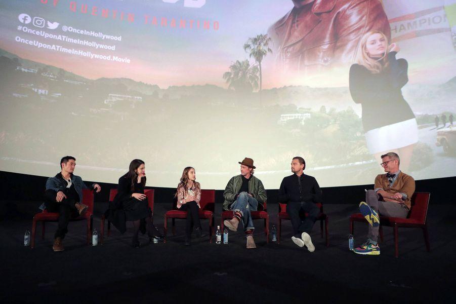 Mike Moh, Margaret Qualley, Julia Butters, Brad Pitt et Leonardo DiCapriolors d'un panel Q&A autour du film «Once Upon A Time In Hollywood» à Los Angeles le 17 décembre 2019