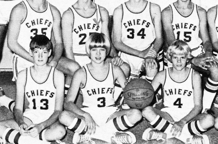 Brad Pitt avec l'équipe de basketball de Kickapoo High School dans le Missouri, en 1979
