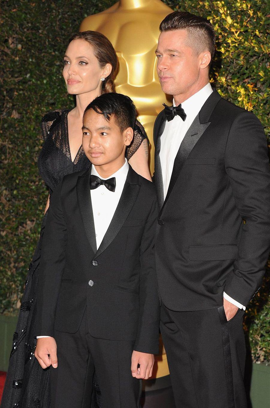 Brad Pitt avec Maddox et Angelina Jolie aux Governors Awards à Los Angeles en novembre 2013
