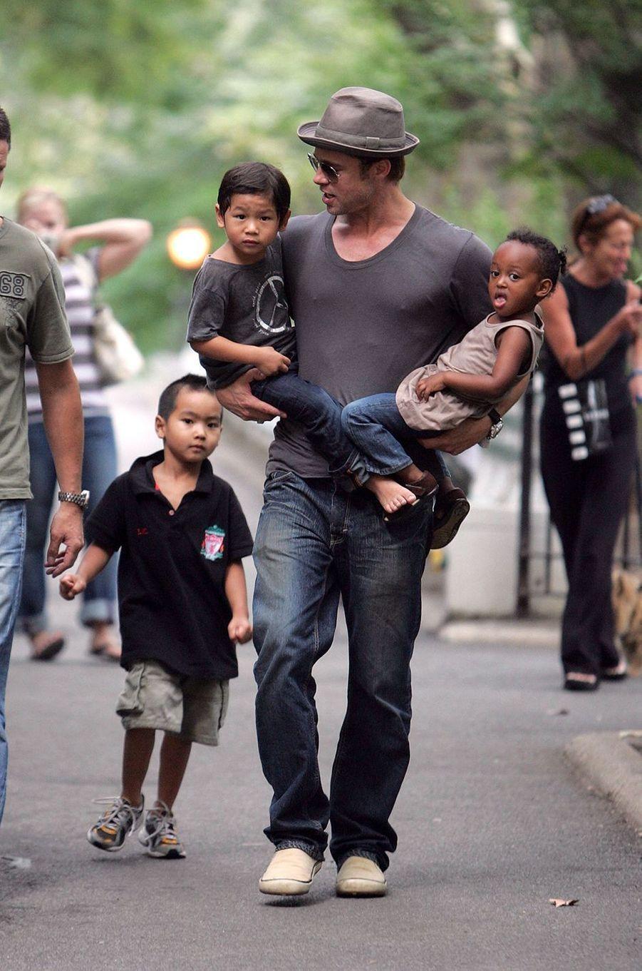 Brad Pitt avec Maddox, Pax et Zahara à New York en août 2007
