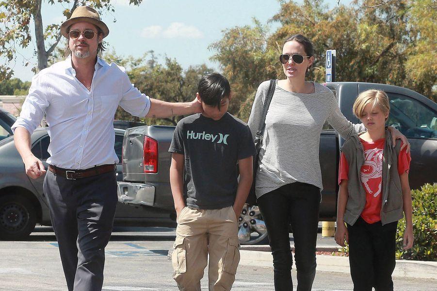 Brad Pitt avec Pax, Angelina Jolie et Shiloh à Los Angeles en juillet 2015
