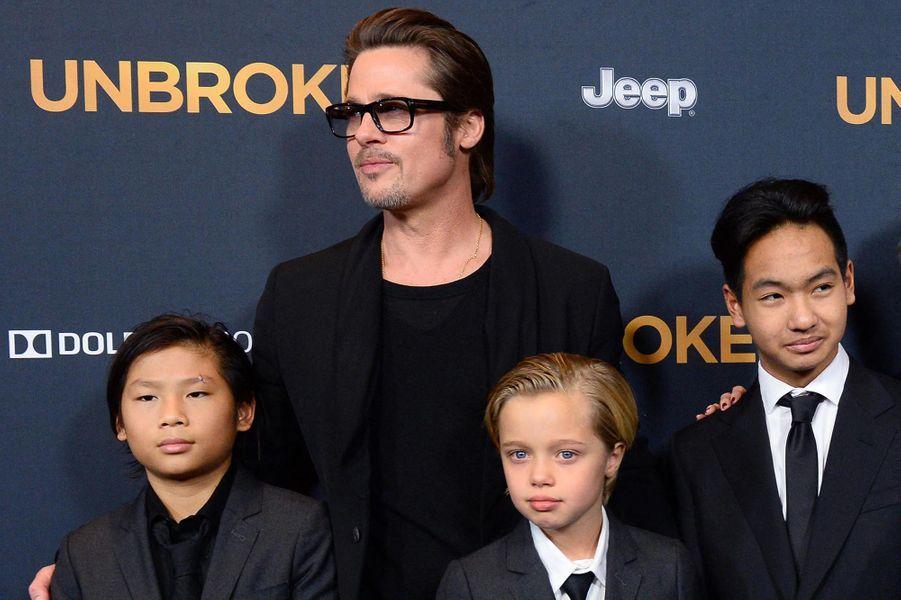 Brad Pitt avec Pax, Shiloh et Maddox à la première du film «Invincible» à Los Angeles en décembre 2014