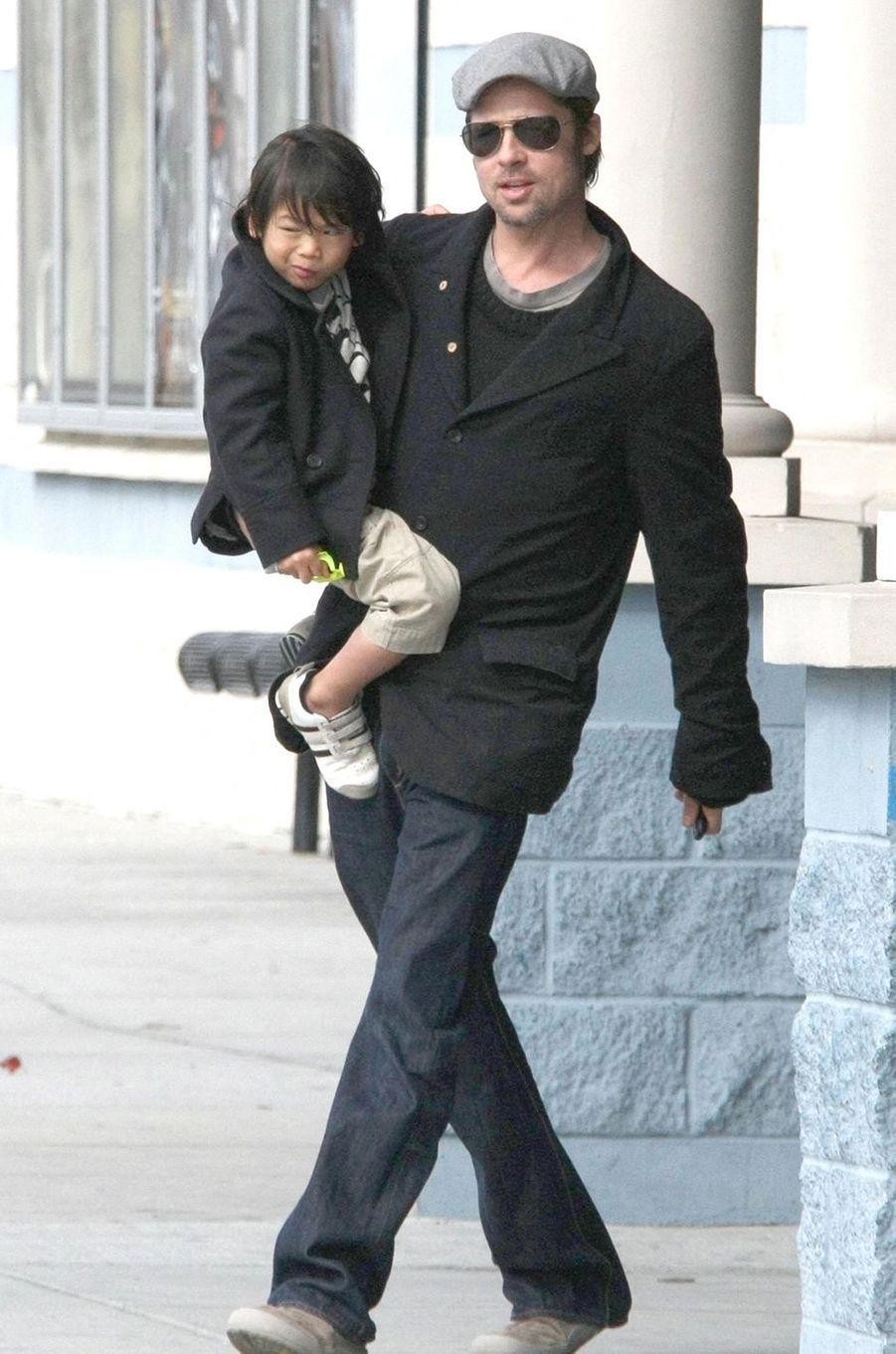 Brad Pitt avec Pax à la Nouvelle-Orléans en décembre 2007