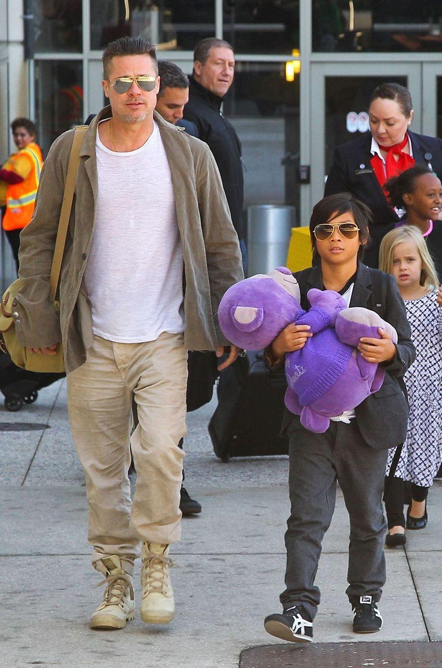 Brad Pitt avec Pax à Los Angeles en février 2014