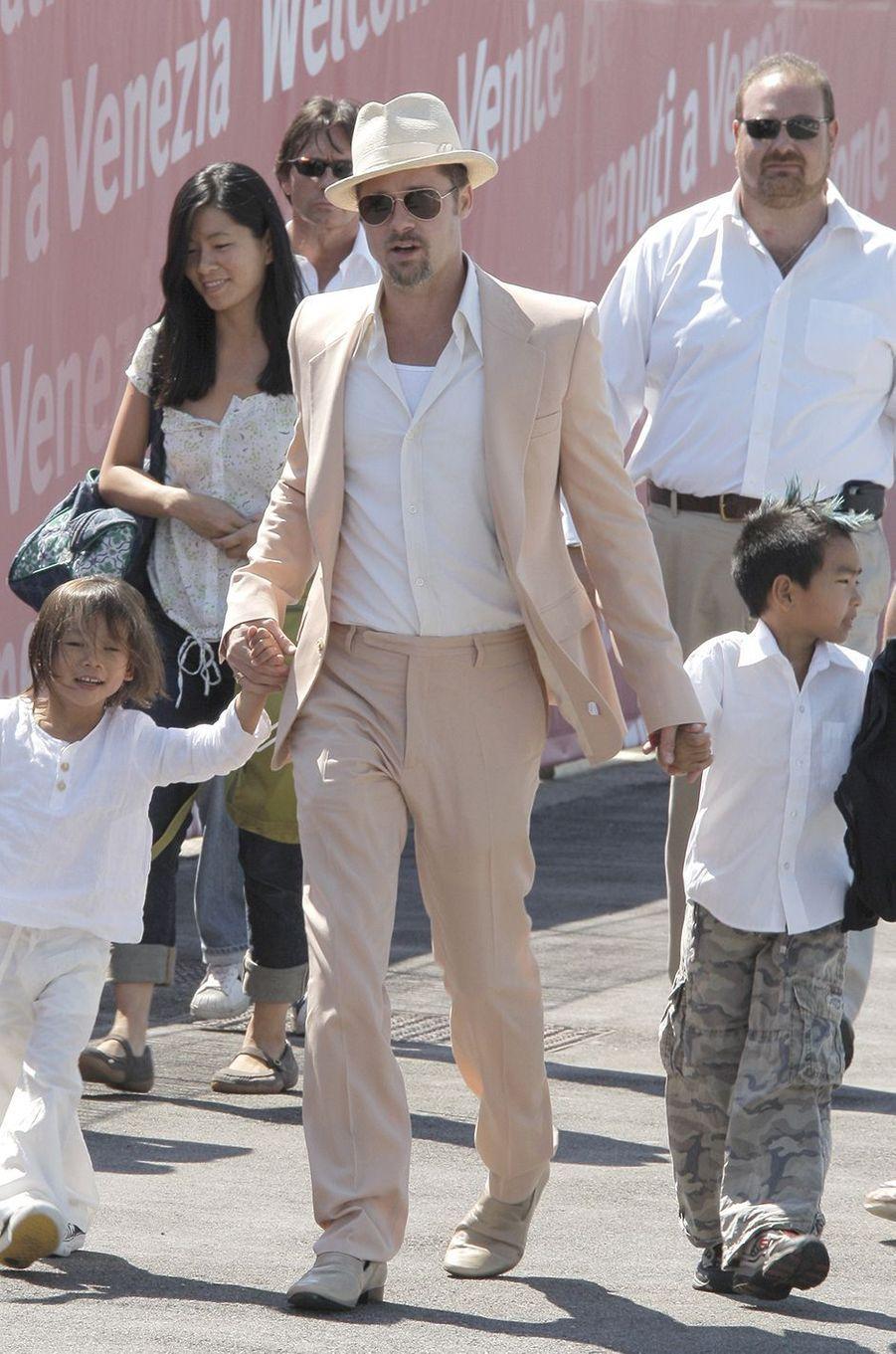 Brad Pitt avec ses filles Pax et Maddox à Venise en août 2008