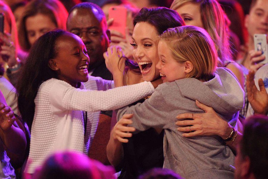Angelina Jolie avec ses filles Zahara et Shiloh en 2015.