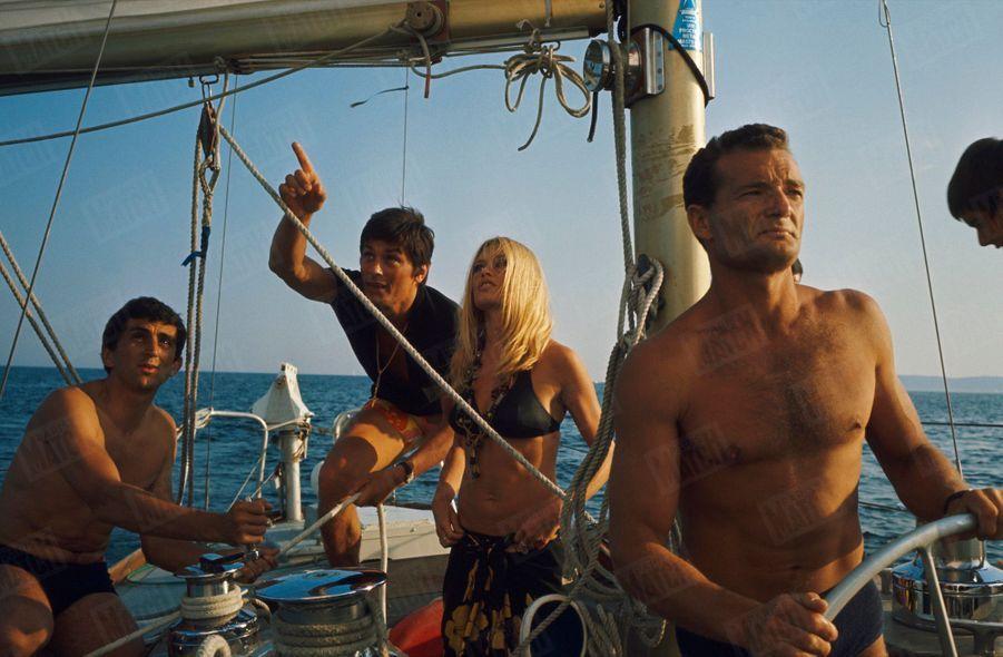 Brigitte Bardot et Alain Delon s'offrent une sortie en mer sous la direction d'Eric Tabarly, au large de Saint-Raphaël, fin août 1968.